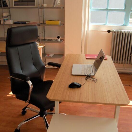 postazione di lavoro con cassettiera e poltrona ergonomica-